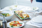 Jídlo a víno podávané na stůl