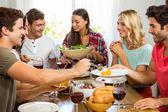 Skupina přátel s jídlem