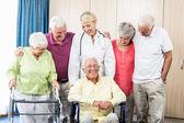 Zdravotní sestra a senioři stáli