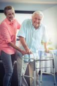 Starší žena pomoc starší muž
