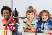 Portrét děti dělají experimentu v laboratoři