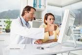 Lékař s pacientem na přepážce lékařské o zprávy