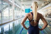 Zadní pohled fit plavkyně bazénu v centru volného času