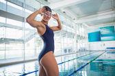Portrét plavkyně bazénu v centru volného času