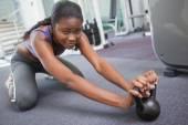 Přizpůsobit žena cvičit s kettlebell