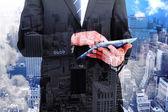 Složený obraz podnikatel dotýkat svého počítače tablet pc