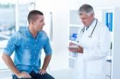 Doktor psaní léčby pro pacienta