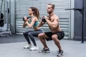 Coppia muscolare che si esercita con kettlebell