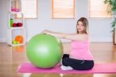 Těhotná žena s cvičení míč