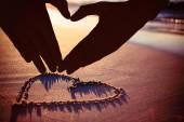 žena dělat tvaru srdce s rukama