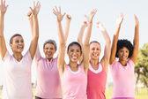 F s úsměvem žen nosí růžové