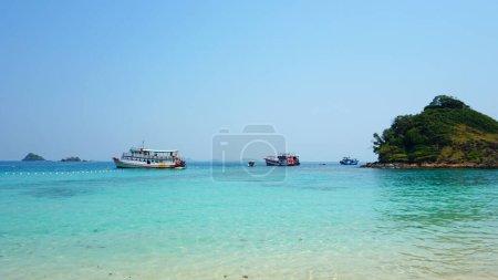 Photo pour Archipel des Îles, des eaux bleues et des navires. Eau claire de l'océan, collines verdoyantes de l'île, véritable jungle tropicale. Paradis sur une île en Thaïlande. Sable blanc, ciel bleu. Les gens font du kayak. - image libre de droit