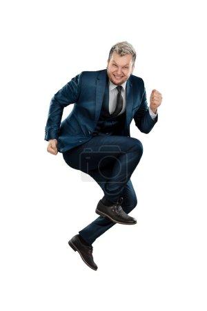 Photo pour Un homme en costume d'affaires, un homme d'affaires joyeux s'est levé. Isolé sur fond blanc - image libre de droit
