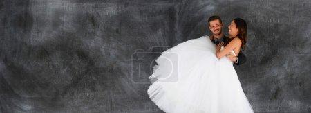 Photo pour Mariée et marié ensemble après s'être mariée - image libre de droit