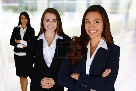 Photo pour Femmes d'affaires de toutes les races, travaillant ensemble dans un bureau - image libre de droit