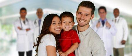 Photo pour Groupe de médecins et une famille dans un hôpital - image libre de droit