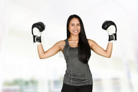 Photo pour Femme qui fait une séance d'entraînement de boxe de coup-de-pied - image libre de droit