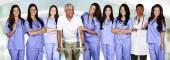 Lékaři a zdravotní sestry s pacientkou