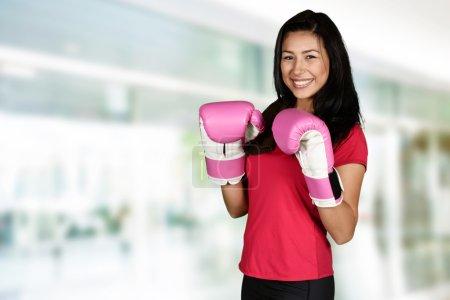 Photo pour Femme faisant une séance d'entraînement de boxe de coup-de-pied au gymnase - image libre de droit