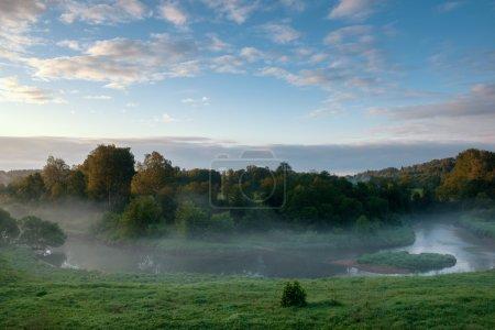 Photo pour Vue d'en haut de la petite rivière rurale au lever du soleil - image libre de droit