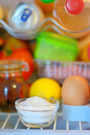Photo pour Bicarbonate de l'intérieur du réfrigérateur pour absorber les odeurs - image libre de droit