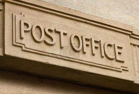 Photo pour Entrée du bureau de poste sculptée en pierre au-dessus de la porte du service postal - image libre de droit