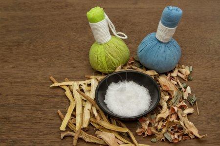 Photo pour Boule de compression à base de plantes pour le traitement de l'arôme spa, camphre Bornéo, réglisse, gingembre au citron gras - image libre de droit