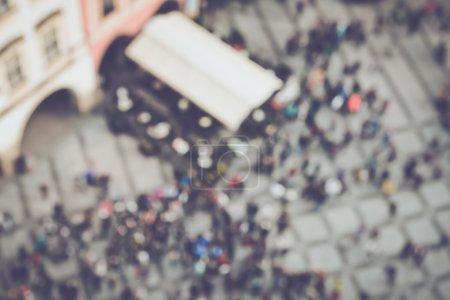 Foto de Multitud borrosa de personas en una plaza como fondo - Imagen libre de derechos