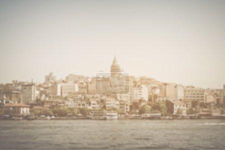 Photo pour Tour de Galata floue à Istanbul, Turquie avec filtre de style Instagram - image libre de droit