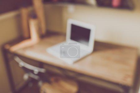 Photo pour Floue bureau avec ordinateur, l'application filtre de Style rétro Instagram - image libre de droit