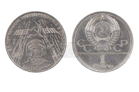 Photo pour URSS - CIRCA 1981 : La pièce - un rouble montre 20 ans de la première mission habitée dans l'espace S. A. Gagarin, sur fond noir, vers 1981 . - image libre de droit