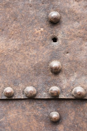 Photo pour Plaque de métal rouillé avec une couture et rivets pour le fond - image libre de droit