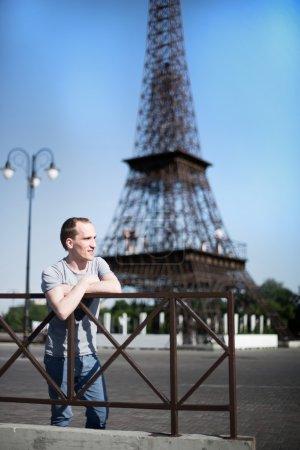 Foto de Chico elegante sobre un fondo de torre eiffel, el sol brilla - Imagen libre de derechos