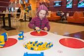 Malá holčička hraje stavební bloky
