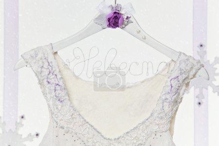 Photo pour Gros plan du cintre de la robe de mariée avec la robe de mariée - image libre de droit