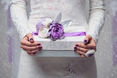 Photo pour Violet présent ou boîte de cadeau avec une fleurs et un ruban lila - image libre de droit