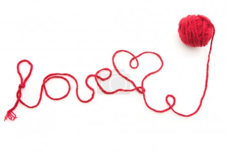 Photo pour Mot amour écrit avec fil de laine rouge isolé sur fond blanc - image libre de droit