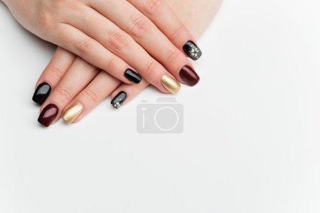 Photo pour Mains de femme avec manucure. Ongles multicolores. Copiez l'espace. Sur fond blanc. - image libre de droit