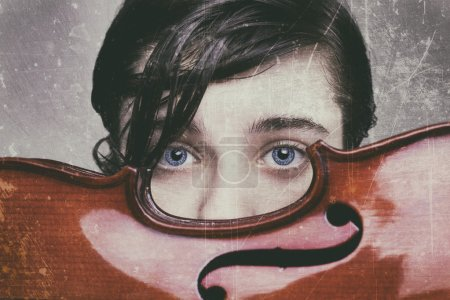 Foto de Hermoso niño de ojos azules con un violín - Imagen libre de derechos