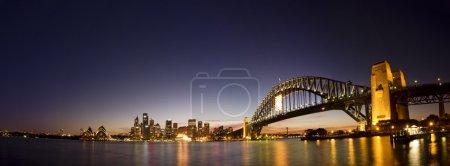 Photo pour Prises au cours de la twightlight heure à sydney. panorama de la ville Sydney prise après le coucher du soleil. Harbour bridge, sydney cbd édifices à bureaux et Opéra. - image libre de droit
