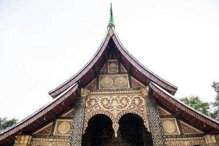 Photo pour Vue sur Wat Xieng Thong Sim, un célèbre temple bouddhiste situé à Luang Prabang, Laos. Le temple est magnifiquement architecturé et est un ancien temple. Son à proximité immédiate de la rivière Nam Khan - image libre de droit