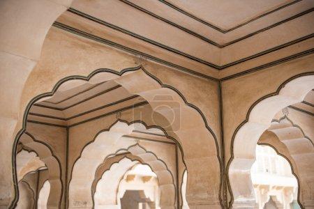 Photo pour Vue sur les 27 bureaux magnifiquement architecturés du Diwan-e-Aam à l'intérieur du fort Amber à Jaipur, Rajasthan. Fabriqué magnifiquement, il a été utilisé comme bureau des Maharajas - image libre de droit