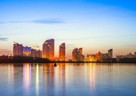 Photo pour Toits de la ville Kiev par nuit - image libre de droit