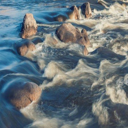 Foto de Paisaje brumoso minimalista con rocas en larga exposición - Imagen libre de derechos