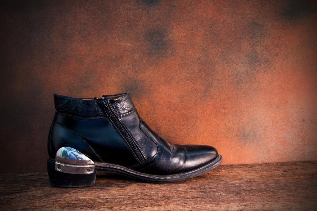 Zátiší s černou botou