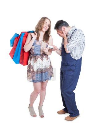 Happy femelle gagner la bataille pour la possession de carte de crédit
