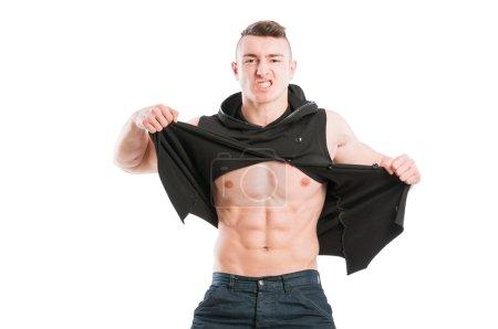 Photo pour Musclé mâle modèle déchirant sa chemise sur fond blanc - image libre de droit
