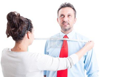 Photo pour Femme tailleur professionnel prenant des mesures pour les vêtements d'affaires - image libre de droit