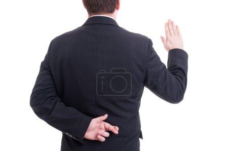 Photo pour Homme d'affaires jurant faux avec les doigts croisés frappant dos isolé sur blanc - image libre de droit