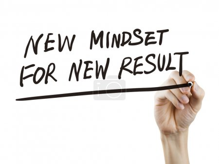 Photo pour Nouvelle mentalité pour de nouveaux résultats mots écrits à la main sur un tableau transparent - image libre de droit